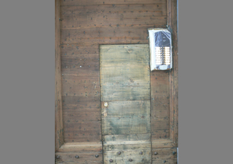 Portone 600' in larice. La portina successivamente ricavata dal grande battente con legno non idoneo.