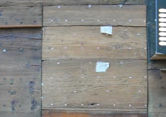 Portone 600' in larice. La portina sostituito il legno, ora identificati con punti bianchi la posizione della complessa chiodatura.