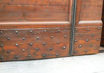 Portone 600' in larice. Borchie in ferro mancanti o non idonee integrate nella parte inferiore.
