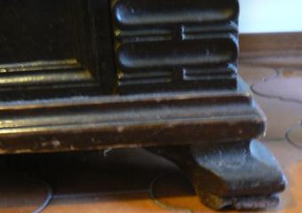 """Cassapanca in noce 1700, Pannello laterale scolpito, e piede a """"scarpetta"""""""