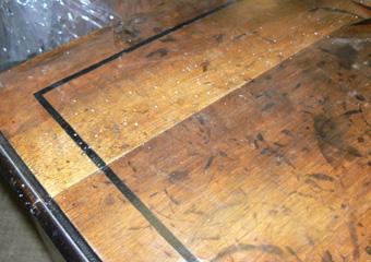 Cassettone metà 1700 con ebanizzature area lombarda. Prima del restauro, particolare del piano