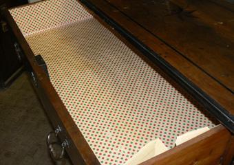 Cassettone metà 1700 con ebanizzature area lombarda. Prima del restauro, interni dei cassetti rivestiti con carta dove il tarlo continua il degrado senza disturbo.