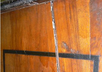 Cassettone metà 1700 con ebanizzature area lombarda. Prima del restauro, importante fenditura sul fianco