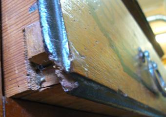 Cassettone metà 1700 con ebanizzature area lombarda. Prima del restauro, particolare di piccole parti mancanti del frontale di un cassetto.