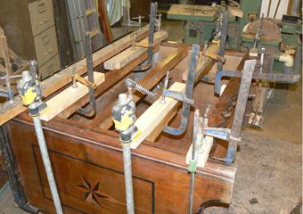 Cassettone metà 1700 con ebanizzature area lombarda. Durante il restauro, dopo le riparazioni al telaio, la collocazione nella sua sede.