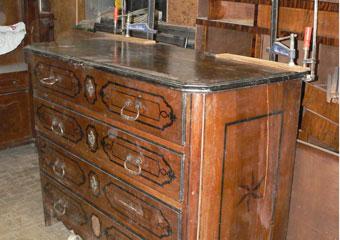 Cassettone metà 1700 con ebanizzature area lombarda. riparazioni ed incollasggi finali sul piano