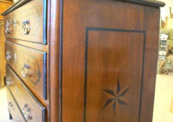 Cassettone metà 700' con ebanizzature area lombarda. Lucidatura ultimata, vista laterale.
