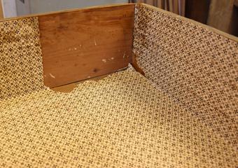 Cassettone intarsiato XVII° sec., area lombarda. Rimozione della carta presente all'interno dei cassetti mediante vapore acqueo.