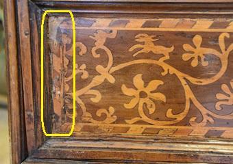 Cassettone intarsiato XVII° sec., area lombarda. Prima del restauro, particolare della tarsia nel cassetto con sollevamenti e stuccature.