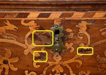 Cassettone intarsiato XVII° sec., area lombarda. Prima del restauro, particolare di tessere di tarsia mancanti.