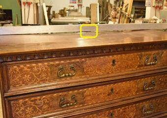 Cassettone intarsiato XVII° sec., area lombarda. Prima del restauro, imbarcatura del piano causato dal vistoso calo naturale dello schienale.
