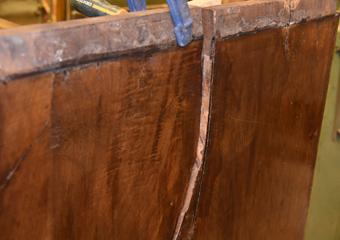 Cassettone intarsiato XVII° sec., area lombarda. Fianco sinistro con importanti fenditure.