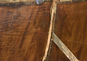 Cassettone intarsiato XVII° sec., area lombarda. Nelle fenditure del fianco precedenti riparazioni con listelli e stuccature.
