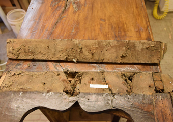Cassettone intarsiato XVII° sec., area lombarda. Cornice di base rimossa dove sono emerse le precarie condizioni del legno.