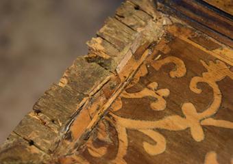 Cassettone intarsiato XVII° sec., area lombarda. Stuccature ed integrazioni non idonee di precedenti riparazioni.