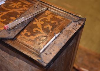 Cassettone intarsiato XVII° sec., area lombarda. Dove presenti stuccature, la parte si integra con filetti di acero.