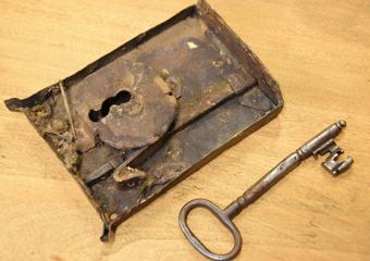 Cassettone intarsiato XVII° sec., area lombarda. Serrature originali, pulitura di depositi, lubrificazione delle parti e verifica di un corretto funzionamento.