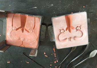 Cassettone intarsiato XVII° sec., area lombarda. Le maniglie dell'ultimo cassetto danneggiate e non recuperabili,nuovamente realizzate con l'antica tecnica della fusione a terra.