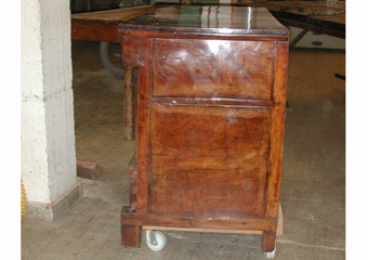 Cassettone IMPERO. Prima del restauro, fianco destro.