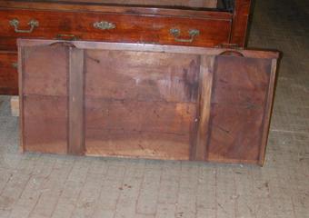 Cassettone IMPERO. Prima del restauro, fondo di cassetto con rinforzi non idonei.