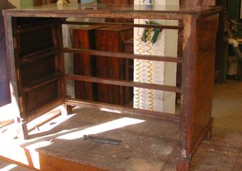 Cassettone IMPERO. Durante il restauro, Smontaggio dell'ossatura del mobile.
