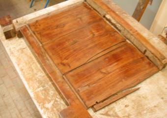 Cassettone IMPERO. Durante il restauro, fianco smontato per le fasi di riparazione.