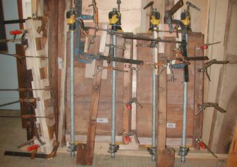 Cassettone IMPERO. Integrazione dell gambe con legno di noce.