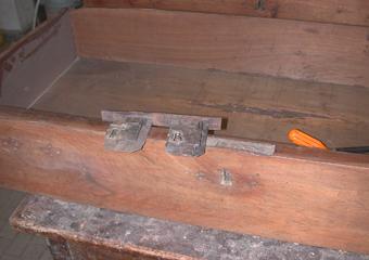 Cassettone IMPERO. Le originali serrature rimosse dalle loro sedi.