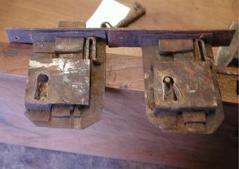 Cassettone IMPERO. Le originali serrature attivate con nuove chiavi.