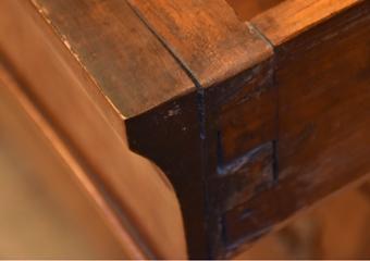Comò a Lira. Prima del restauro, particolare distacchi nel fronte primo cassetto.