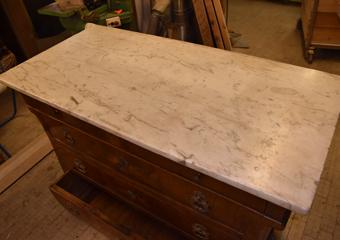 Comò a Lira. Prima del restauro, piano in marmo.