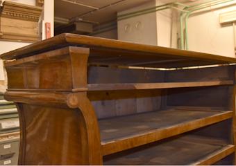 Comò a Lira. Rimozione del telaio di supporto al piano di marmo, particolare dei chiodi originali.
