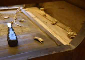 Comò a lira. Nell'ultimo cassetto particolare della sede creata per l'integrazione con nuovo legno.