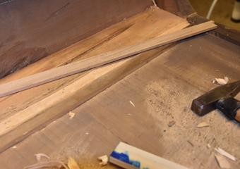 Comò a lira. Nell'ultimo cassetto particolare della nuova integrazione con nuovo legno.