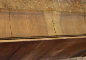 Comò a lira. La centratura della venatura del primo cassetto erroneamente posizionata presenta spostata a destra di 3 cm.