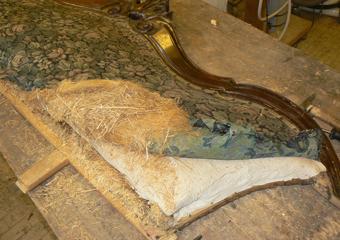 Divano Luigi Filippo metà 800' area lombarda. Rimozione dell'imbottitura dal telaio dello schienale.