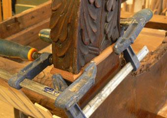 Dormeuse Impero. Durante il restauro, collocazione delle cornici mancanti.