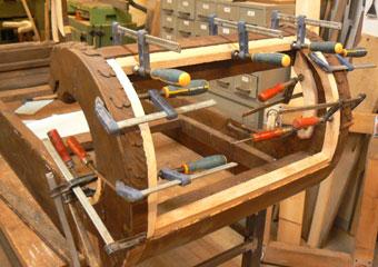 Dormeuse Impero. Durante il restauro, inserimento di listelli per un corretto fissaggio della tappezzeria.