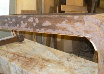 Dormeuse Impero. Durante il restauro, fase di stuccatura.