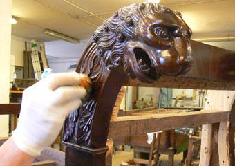Dormeuse Impero. Durante il restauro, fase di lucidatura con gommalacca applicata a tampone.