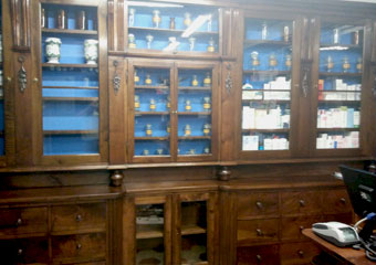 Storica Farmacia in Zogno Bg. Dopo il restauro posizionamento di medicinali e vecchi vasi da farmacia per la nuova apertura dell'esercizio.