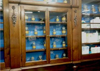 Storica Farmacia in Zogno Bg. Dopo il restauro particolare della vetrina con vecchi contenitori in vetro da farmacia.