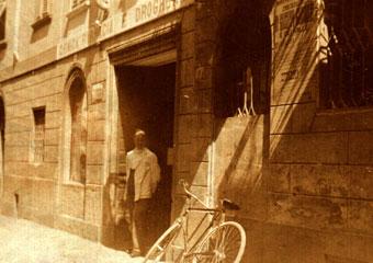 Storica Farmacia in Zogno Bg, storica immagine del dr. Mario Brighenti, all'esterno della Farmacia (inizio 1900).