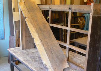 Storica Farmacia in Zogno Bg. Durante il restauro, collocazione del fondo riparato.