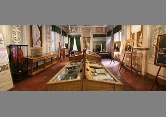 Arredi espositivi nell'allestimento museali prima del restauro.