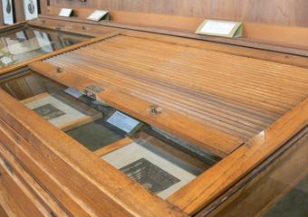 Museo Gaetano Donizetti, arredi espositivi. Prima del restauro particolare superiore