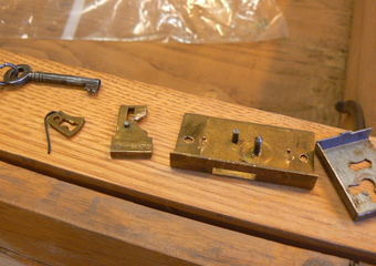 Museo Gaetano Donizetti, arredi espositivi. Durante il restauro, smontaggio delle numerose serrature per attivarle con nuove chiavi.