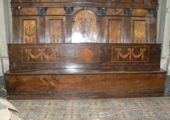 Borgo di Terzo BG. Fase di smontaggio dalla sede, il mobile ora staccato dalla parete è separato il corpo inferiore dai dorsali.