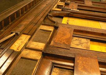 Borgo di Terzo BG. Rimozione dei pannelli intarsiati con festoni per il corretto posizionamento.