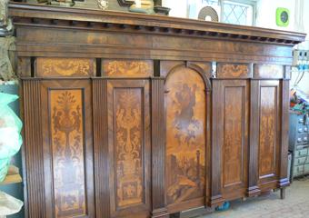 Borgo di Terzo BG. Conclusione dei lavori, parte superiore del banchi.con inseriti i pannelli intarsiati nelle loro sedi.